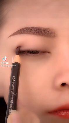 Eyeliner Looks, No Eyeliner Makeup, Pencil Eyeliner, Eyeliner Tutorial, Lipstick, Beauty, Eye Liner, Lipsticks, Beauty Illustration