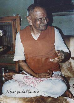 Sri Nisargadatta Maharaj. Cuando desea el bien común, el mundo entero desea con usted. Los deseos que llevan al dolor son incorrectos y aquellos que llevan a la felicidad son correctos. Pero no debe olvidar a los demás. El dolor y la felicidad de ellas también cuentan. YO SOY ESO.