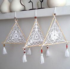Filtro dos Sonhos Triangular Sun Catchers, Doily Dream Catchers, Dream Catcher Craft, Dream Catcher Boho, Crochet Wall Art, Crochet Home, Love Crochet, Crochet Dreamcatcher, Deco Nature