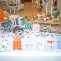 Einen schönen Donnerstag Nachmittag! ❄️ . . . #wintersale #auslagenansicht #rodelnmachtspass #rodeln #winterurlaub #wintergefühle #schneeflocken #die_buntique #diebuntique #süßershop #conceptstore #selbstgemachtes #madeinvienna #vonhandmitherz #shoplocal #lokaleinkaufen #kirchengasse26 #vienna #kinderartikel #babyacessoires #kidsinterior #illustration #wienshopping #onlineshopping #madeinaustria #geschenktipps #DIYideen #nähenmachtspaß #donnerstagnachmittag #kreativworkshops