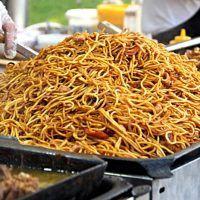 Recept : Smažené nudle s kuřecím masem - originální recept z vietnamských bister! | ReceptyOnLine.cz - kuchařka, recepty a inspirace Japchae, Spaghetti, Food And Drink, Meals, Ethnic Recipes, Asia, Meal, Yemek, Noodle