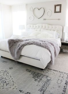 Pretty+and+cozy+white+bedroom+with+grey+shades+rug+and+fluffy+bed+cover