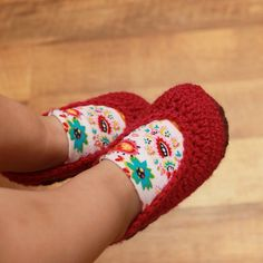Crochet Pattern baby Booties with an add piece of material.