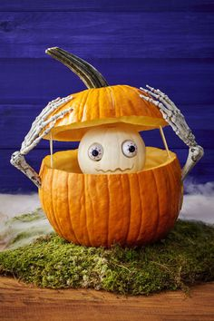 Today, there are various ideas about how to creatively design a pumpkin. What a good idea for pumpkin carving. There are many halloween pumpkin ideas that you could come across online and I'm here in order to provide you a little few examples. Funny Pumpkin Carvings, Pumpkin Carving Contest, Amazing Pumpkin Carving, Pumkin Carving Easy, Holidays Halloween, Spooky Halloween, Halloween Pumpkins, Halloween Crafts, Halloween 2017