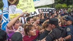 Los docentes marcharon durante la visita de Macri: Mientras se inauguraba el Museo de Güemes los maestros se manifestaron y reclamaron la…