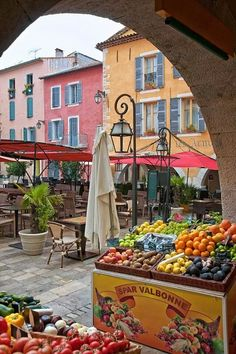 Ce marché extérieur en Valbonne, France a beaucoup de produits frais. Le marché a de beaux bâtiments aussi.