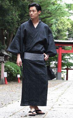 スプートニク浴衣 Japanese Men, Japanese Kimono, Japanese Fashion, Look Kimono, Male Kimono, Traditional Fashion, Traditional Outfits, Men's Yukata, Male Pose Reference