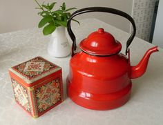 I'm a proud owner of one of those wonderful french tea kettles, found at our local flea market. and a tin from the Netherlands