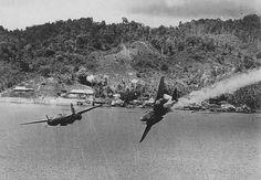 """Aircraft - 1944, Papouasie Nouvelle Guinée, Un avion US touché lors d'un """"air raid"""" par la DCA japonaise 2/4"""