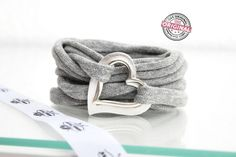 .Armband gewickelt Stoff grau & 2 Herzen silber von Andrea Traub - FASHION  ARMBÄNDER auf DaWanda.com