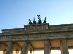 """Di Città in Città andiamo a Berlino Con l'autunno, riprende la rubrica di consigli e approfondimento sulle maggiori destinazioni turistiche: di Città in Città oggi andiamo a Berlino, con un post pieno di informazioni utili, quasi una piccola guida di viaggio da studiare prima di partire.  Vi avverto, Berlino è una delle città che amo di più e non sono riuscita a """"trattenermi"""": il post è davvero lungo, per cui mettetevi comodi…"""