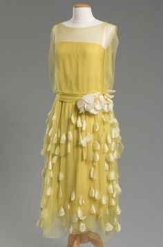 Yellow silk chiffon and taffeta evening dress, maker unknown, purchased at Quinn-Maahs department store in Cleveland, around 1925 30s Fashion, Moda Fashion, Fashion History, Art Deco Fashion, Vintage Fashion, 1920s Outfits, Vintage Outfits, Style Année 20, Vintage Gowns