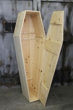 Classic Old-Time Coffin - Halloween FX Props Unique Woodworking, Popular Woodworking, Woodworking Projects Diy, Woodworking Jigs, Woodworking Furniture, Diy Wood Projects, Wood Crafts, Woodworking Patterns, Halloween Projects