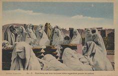 Photo Flandrin 30. — F. Penchees sur leur terrasse elles regardent passer le sultan