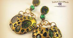 Cercei realizati din argila polimerica, foita de aur si pigmenti metalici. Aur, Polymer Clay Jewelry, Bracelets, Crochet Earrings, Handmade, Fimo, Hand Made, Bracelet, Arm Bracelets