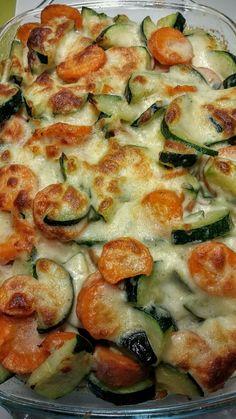 Kartoffelspalten unter Zucchini-Karottengemüse | Schmand | Milch  | geriebener Gouda | etwas Butter | Kräutersalz | Muskat | Pfeffer