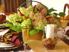 décoration table d'automne - centre de table composé de brochettes de baies rouges, poires et hortensias