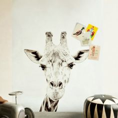 Print van een giraf op de muur, magnetische wand = Giraffe printed magnetic wallpaper on the wall I pin from www.studiois.nl I