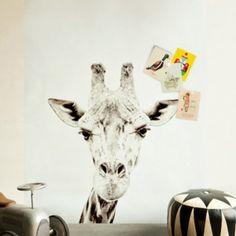 Print van een giraf op de muur, magnetische wand = Giraffe printed magnetic wallpaper on the wall I pin from www.studiois.nl I