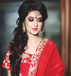 20 Gorgeous Bridal Hairstyles To Give You A Glam Look At Your Reception bridal h. Bridal Hairstyle For Reception, Bridal Hairstyle Indian Wedding, Hairdo Wedding, Wedding Hairstyles For Long Hair, Wedding Makeup, Bridal Makeup, Bridal Hairdo, Bridal Beauty, Short Hair