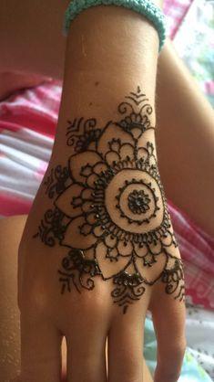 Henna Blume von mir tattoo ideen Henna Blume von mir - Indispensable address of art Henna Tattoo Hand, Henna Tattoo Designs Simple, Henna Body Art, Henna Art, Henna Mandala, Mandala Tattoo, Henna On Hand, Simple Hand Henna, Henna Kunst