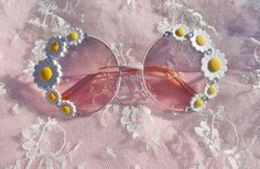 Pastel pink round flower daisy sunglasses with silver crystals (Ray Bans) Style Hippie Chic, Boho Chic, Bohemian, Ray Ban Sunglasses Sale, Sunglasses Women, Sports Sunglasses, 70s Sunglasses, Vintage Sunglasses, Sunglasses Outlet