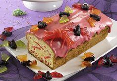 Ein gruseliger Kuchen mit Fruchtgummi und einem roten Guss zu Halloween