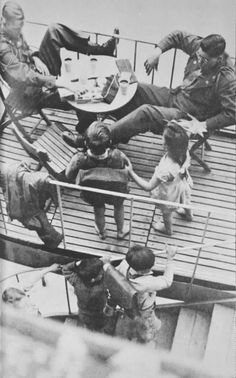 US-Soldaten mit Kinder aus der Stadt Salzburg auf der Terasse des Cafe Tomaselli in Salzburg, aufgenommen zwischen 1945 und 1947. Salzburg, Austria, Postwar, Ww2, Germany, Movie Posters, World War Two, Pictures, Historical Pictures