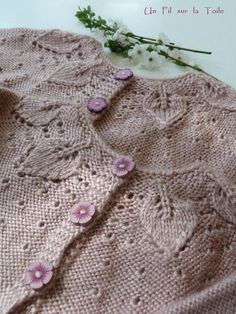 Le mois de mars bat son plein dans la nature : l'éclosion des bourgeons, les premières fleurettes, etpuis les feuilles... Cardigan Bebe, Baby Cardigan, Knit Cardigan, Knitting For Kids, Baby Knitting, Pull Bebe, Little Cotton Rabbits, Baby Sweaters, Baby Dress