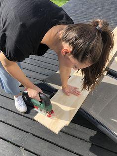DIY – Hjemmebygget væg til væg bogreol | livingonabudgetdk Built In Furniture, About Me Blog, Home Appliances, Iron, Inspiration, Plads, Handmade, Welcome, House Appliances