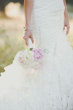 Ramo de novia de peonías en tonos pastel {foto, Padilla & Rigau} #bridalbouquet #peonies #spain