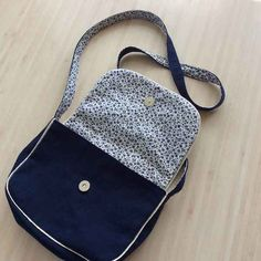 Mini Sam, the handbag easy to sew and ideal - sewing Crochet Handbags, Crochet Purses, Diy Bags Purses, Purses And Handbags, Crochet Shell Stitch, Crochet Stitches, Elsbeth Und Ich, Sewing Online, Couture Handbags
