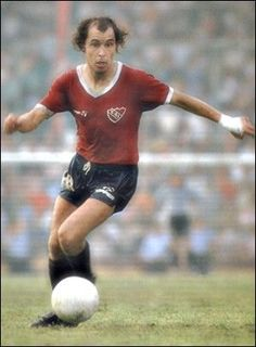 Bochini , Independiente World Football, Football Soccer, Argentina Soccer, Image Foot, Football Memorabilia, Captain Tsubasa, Most Popular Sports, National League, Sports Stars