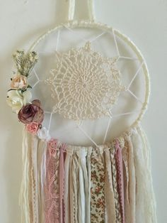 Handmade creations of tomb bohemian dreams bohemian spirit for marriage, baptism, birthday part Diy And Crafts, Kids Crafts, Craft Projects, Arts And Crafts, Doily Dream Catchers, Amazing Flowers, Vintage Flowers, Doilies, Weaving