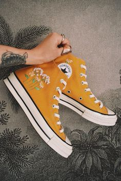 Hand embroidered sunflower yellow converse - Source by - Mode Converse, Yellow Converse, Converse Shoes, Diy Converse, Converse Design, Converse Trainers, Converse Style, Moda Sneakers, Sneakers Mode