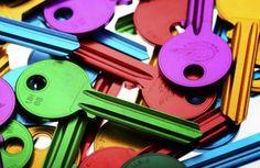 KLITE Le chiavi Klite sono prodotte in una lega speciale di alluminio e titanio e dotate di una testa che si adatta ad una perfetta personalizzazione. Le caratteristiche del materiale rendono la chiave leggerissima e soprattutto resistente. Le chiavi Klite sono disponibili nei profili più diffusi ed in sei brillanti colori: rosso, giallo, viola, blu, verde e nero.