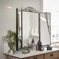 <span>Bordsspegel Karmsund, 399 kronor. Av lackat stål och blyfritt spegelglas. B80×H74 cm.</span>