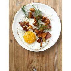 Fried egg with chanterelle, bacon and asparagus flower Primers, Food Art, Asparagus, Bacon, Eggs, Flower, Breakfast, Ethnic Recipes, Ideas