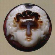 Cammeo con Gorgonèion. Gioiello, gemma, sigillo. circa 1750. Sardonice a tre strati mm 16 x 16 x 4,4. -Collezione Santarelli I Musei Capitolini-