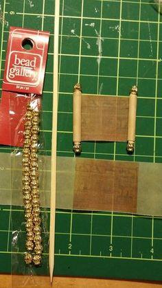 Itty Bitty Adventures: Miniature Monday: Making Miniature Scrolls, a Tutorial… Dollhouse Miniature Tutorials, Miniature Crafts, Diy Dollhouse, Miniature Dolls, Dollhouse Miniatures, Vitrine Miniature, Haunted Dolls, Mini Things, Miniature Furniture