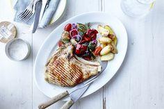 Een overheerlijke gegrilde kalfskotelet met geroosterde groenten en krieltjes, die maak je met dit recept. Smakelijk!