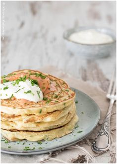 Kräuter-Pancakes mit Räucherlachs und Meerettichschmand I