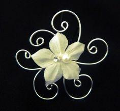 Un bijou mariage en soie! Cette pince à cheveux pour coiffure de mariée se compose d'une fleur en soie ornée de perles et de strass et de spirale argenté. http://www.azantymariage.com/pic-a-cheveux-pour-mariee-stephanie,fr,4,picspte.cfm