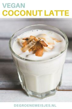Een heerlijk vegan warm drankje: coconut latte! Een lekker romig, zoet drankje met een kokosroom laag en kokosflakes. Coconut Recipes, Healthy Diet Recipes, Healthy Drinks, Vegan Recipes, Vegan Sweets, Vegan Snacks, Low Alcohol Drinks, Healthy Lemonade, Sugar Free Vegan