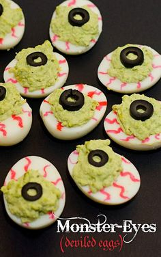 Halloween Party Food Ideas that'll scream out Halloween - Hike n Dip - - Hosting a Halloween Party? Have you thought about Halloween treats or Party foods? Look here for ghoulish Halloween Party food ideas which you'll love. Entree Halloween, Plat Halloween, Halloween Themed Food, Creepy Halloween Food, Halloween Party Appetizers, Hallowen Food, Fete Halloween, Halloween Snacks, Healthy Halloween