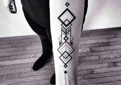 Inspiração de tatuagem geométrica masculina.