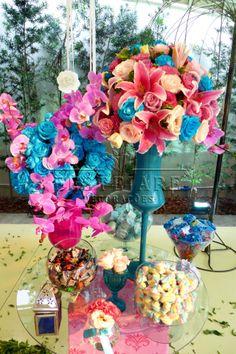 Decoração com vasos e flores coloridas