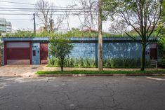 Casa Azul   Galeria da Arquitetura Estilo Tropical, Garage Doors, Outdoor Decor, Home Decor, Timber Deck, Red Cabinets, Lighting Design, Blue Home, Rustic Homes