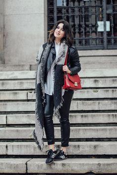 look con pantalones de cuero negro y bolso metropolis @furla @leztin