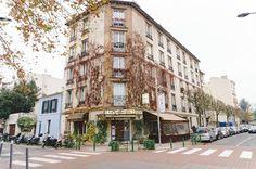 Tem vídeo novo de Paris! (Link na Bio). E essa foto aí é de uma rua qualquer. Paris é assim maravilhosa em casa esquina com suas cores construções e amores.  Ai  Paris... #europe #ap202naeuropa #paris #france